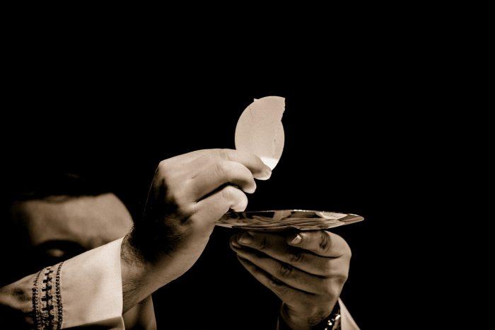 eucharist-1591663_1280-700x466
